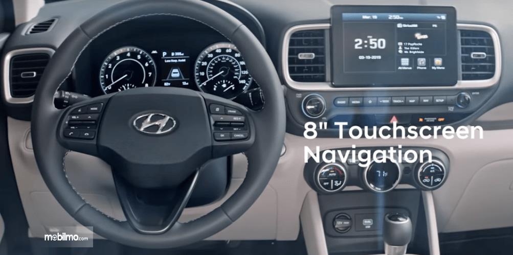 Gambar  ini menunjukkan kemudi mobil dan dashboard pada mobil Hyundai Venue 2019