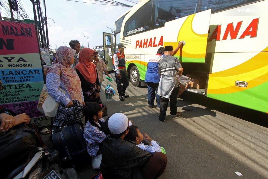Foto menunjukkan para pemudik siap menempuh perjalanan jauh untuk pulang kampung