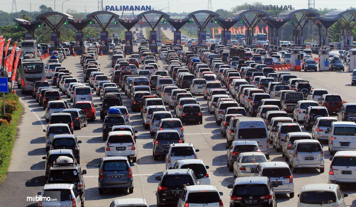Foto kepadatan lalu lintas di salah satu ruas jalan tol