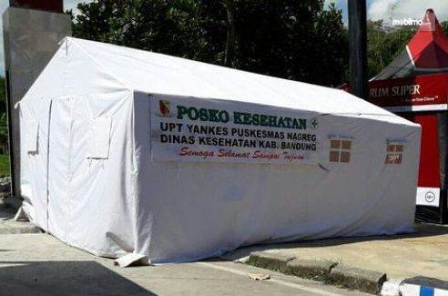 Foto menunjukkan tenda yang digunakan untuk posko kesehatan
