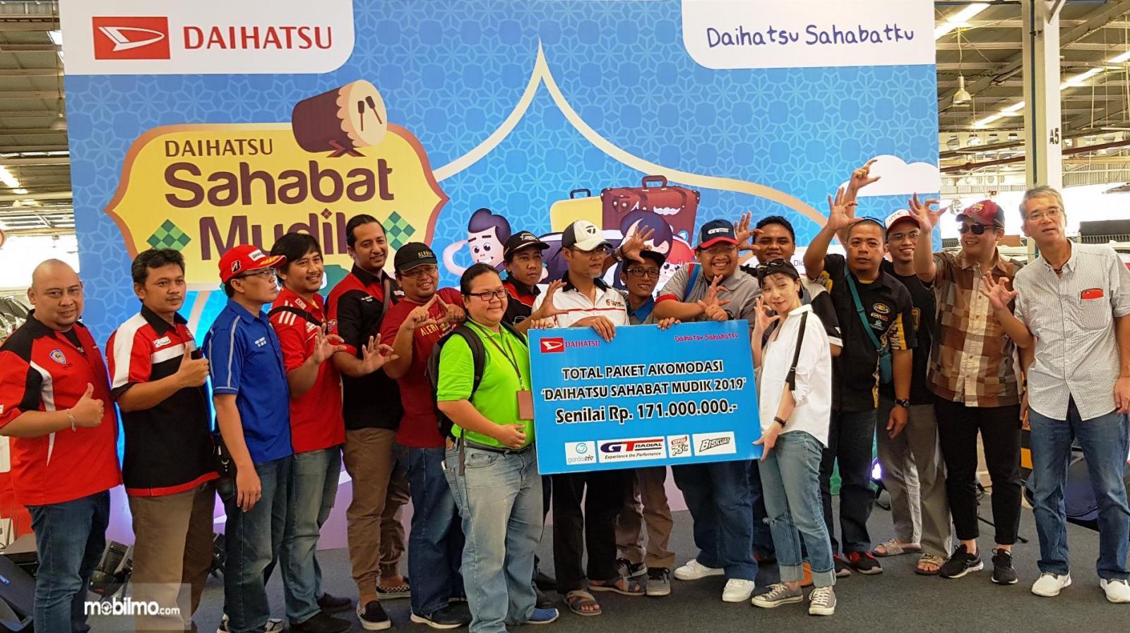 Tampak pembagian paket simbolis Daihatsu Sahabat Mudik 2019
