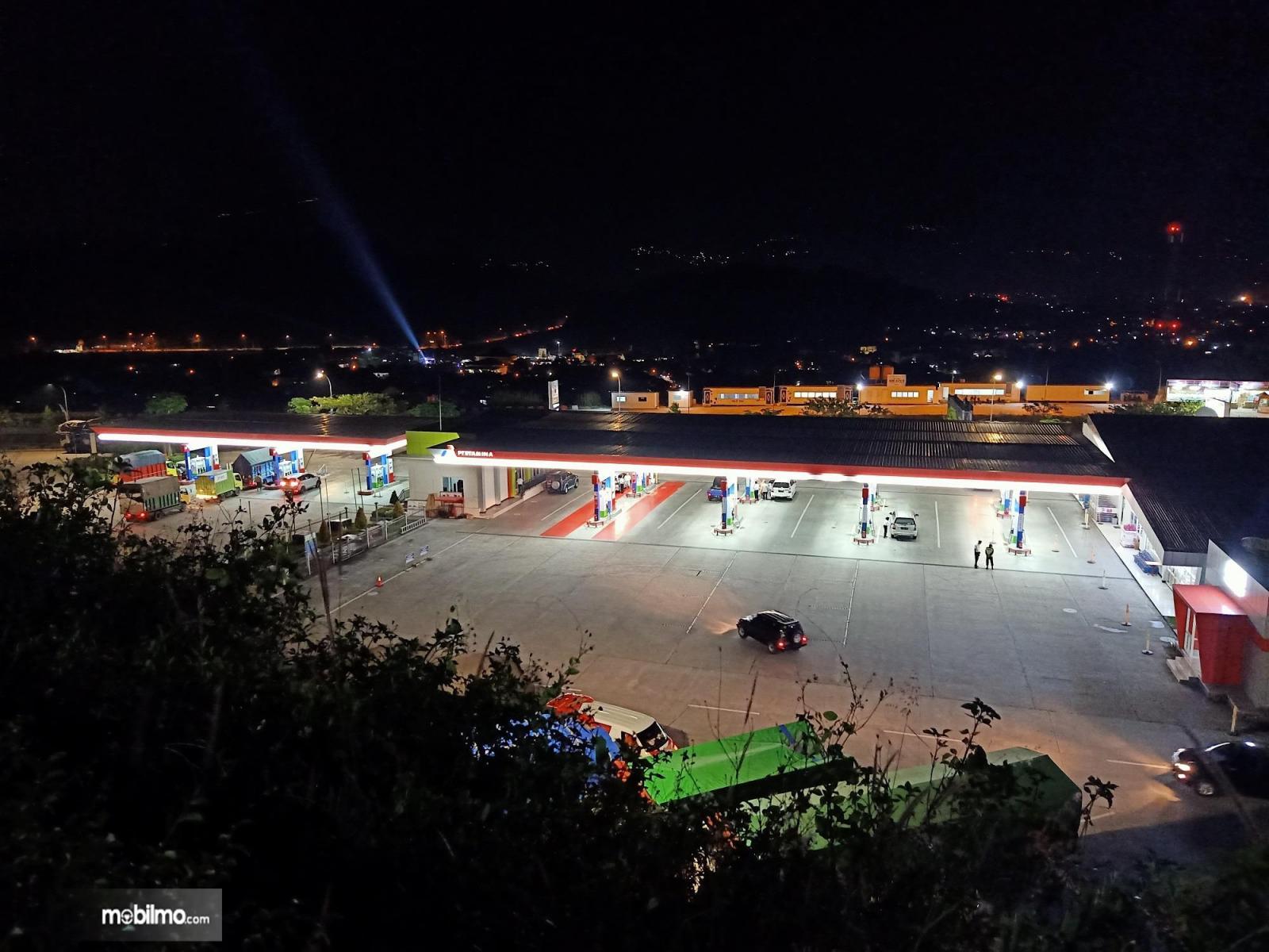 Foto SPBU Rest Area KM 429A Tol Trans Jawa di malam hari