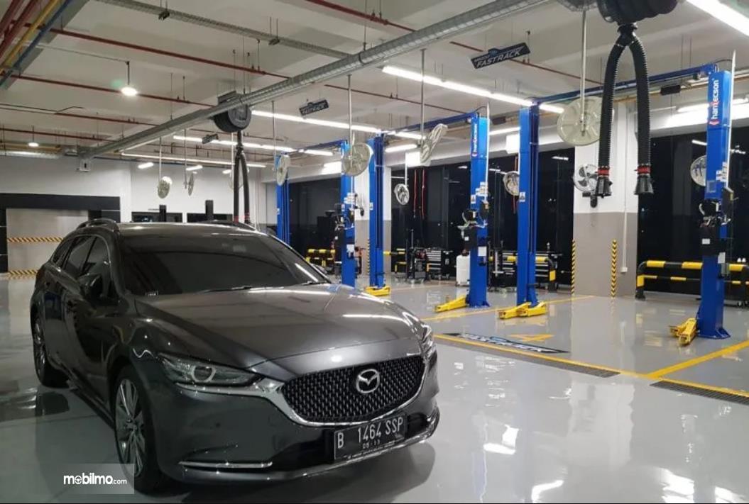 Foto menunjukkan area servis salah satu diler Mazda di Indonesia
