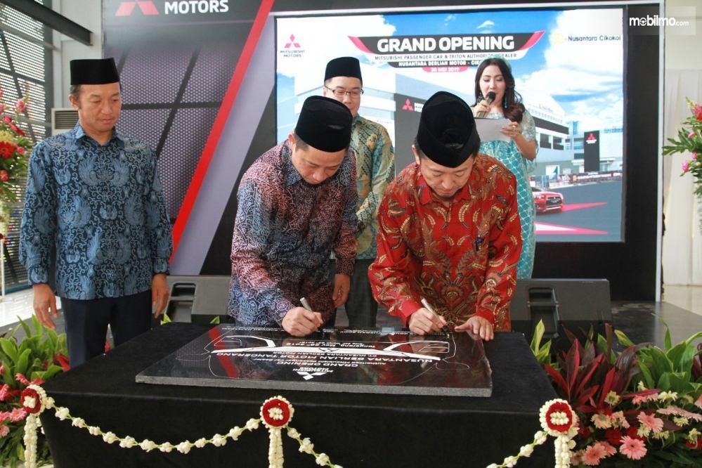 Foto penandatanganan prasasti peresmian diler baru Mitsubishi Nusantara Berlian Motor, di Tangerang