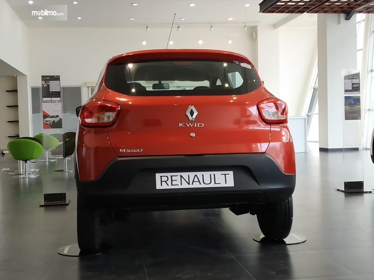 Gambar menujukkan Tampak tampilan belakang Renault Kwid 2016 berwarna orange
