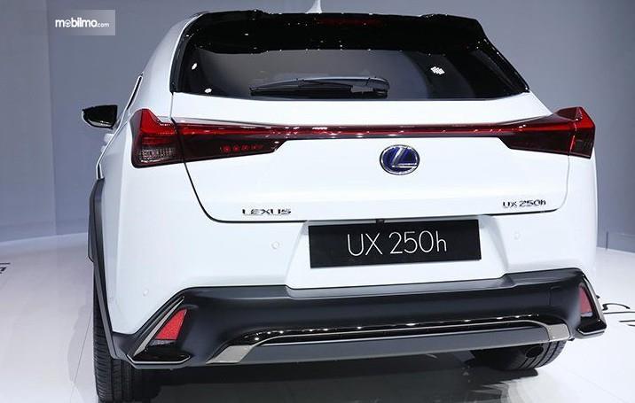 Gambar ini menunjukkan bagian belakang mobil Lexus UX 250h 2019 warna putih