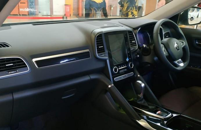 Gambar ini menunjukkan dashboard dan kemudi mobil Renault Koleos 2.5 Signature 2019