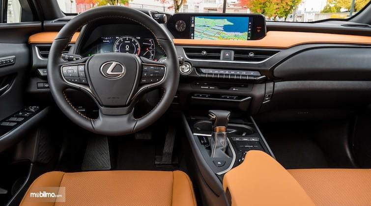 Gambar ini menunjukkan kemudi dan dashboard mobil Lexus UX 250h 2019
