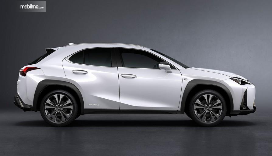 Gambar ini menunjukkan bagian samping mobil Lexus UX 250h 2019 warna putih