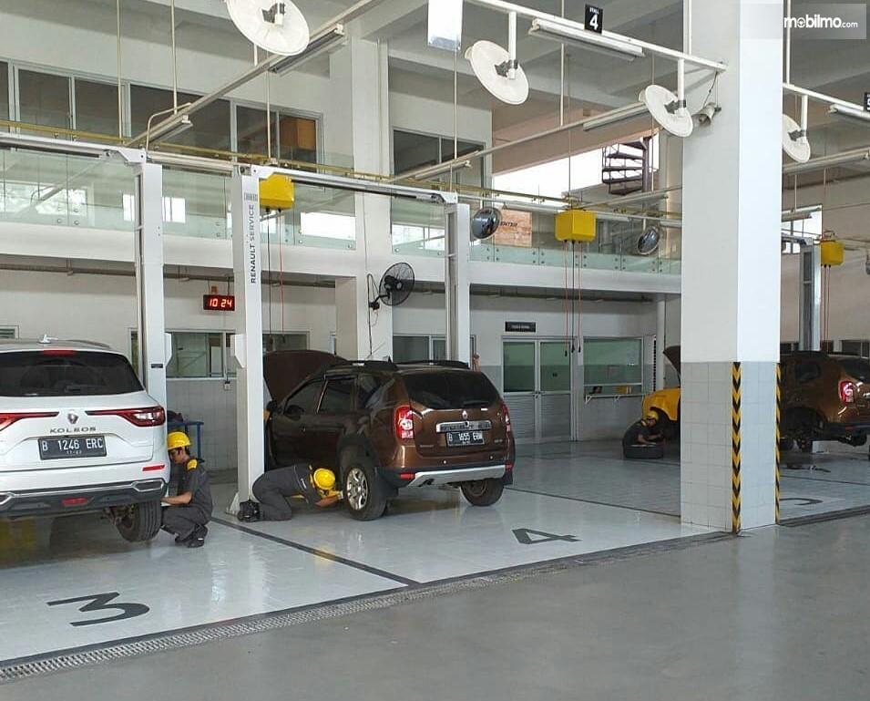 Foto menunjukkan aktivitas di salah satu bengkel resmi Renault Jakarta