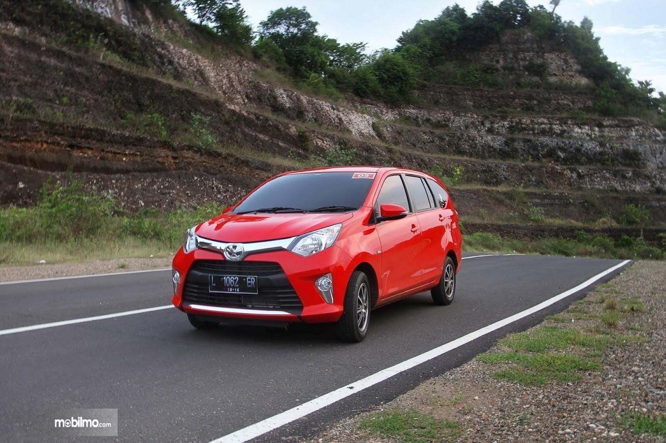 Foto Toyota Calya menaklukkan tanjakan