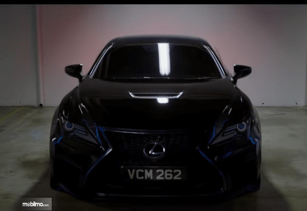 Gambar ini menunjukkan mobil Lexus RC F 2020 yang terdapat pada film MIB terbaru