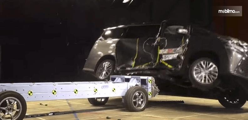 Gambar ini menunjukkan uji coba mobil tabrakan dari arah samping
