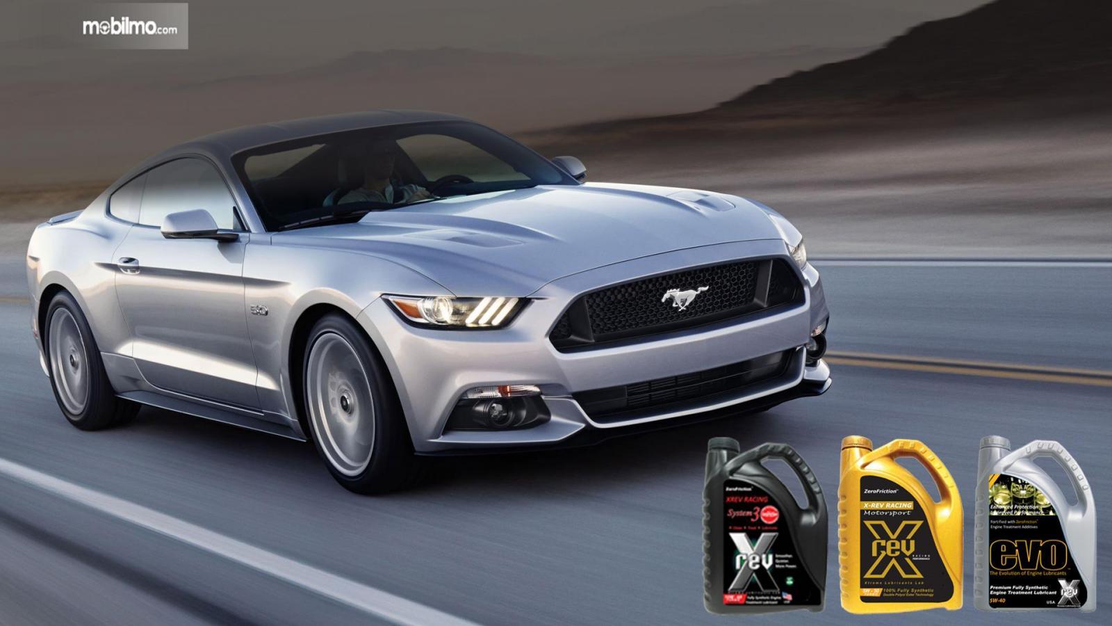 Gambar menunjukkan mobil dengan oli yang direkomendasikan