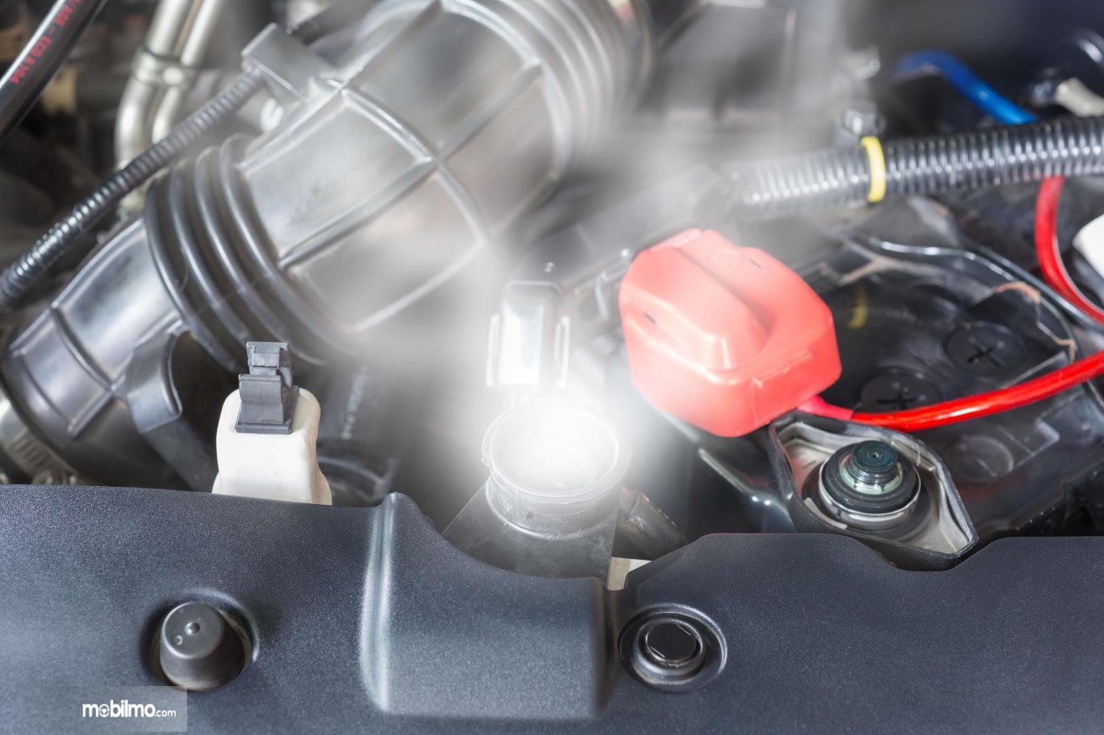 Foto menunjukkan mobil dalam kondisi overheat