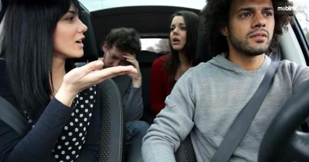 Gambar ini menunjukkan 4 orang berada di dalam kendaraan