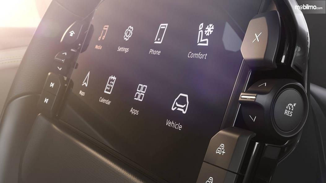 Gambar ini menunjukkan layar di tengah kemudi mobil