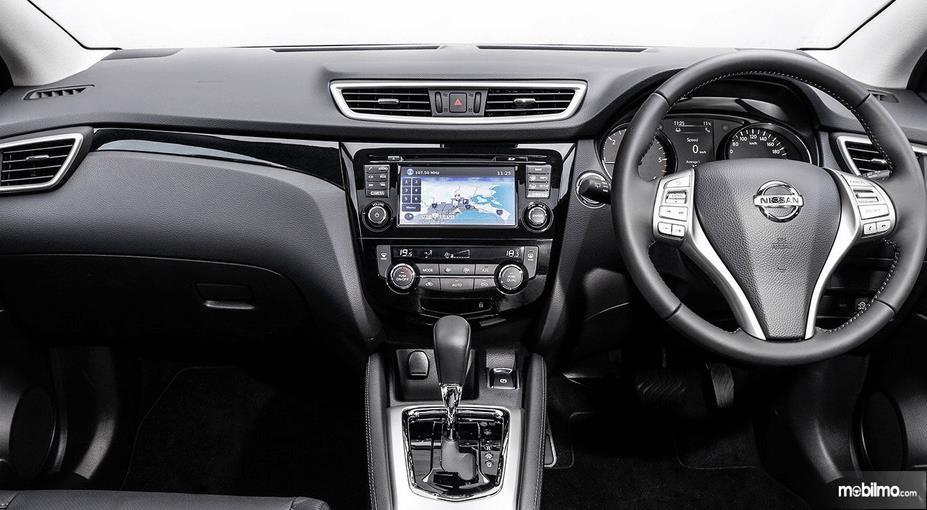 Gambar ini menunjukkan interior Nissan Qashqai 2019 tampak kemudi dan head unit di dashboard