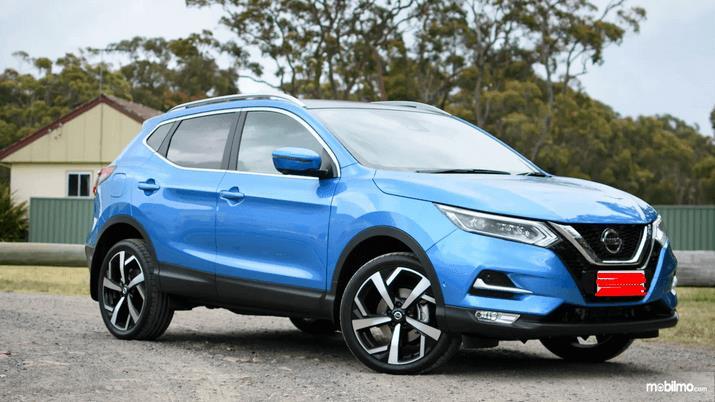 Gambar ini menunjukkan bagian samping kanan dan depan Nissan Qashqai 2019 warna biru