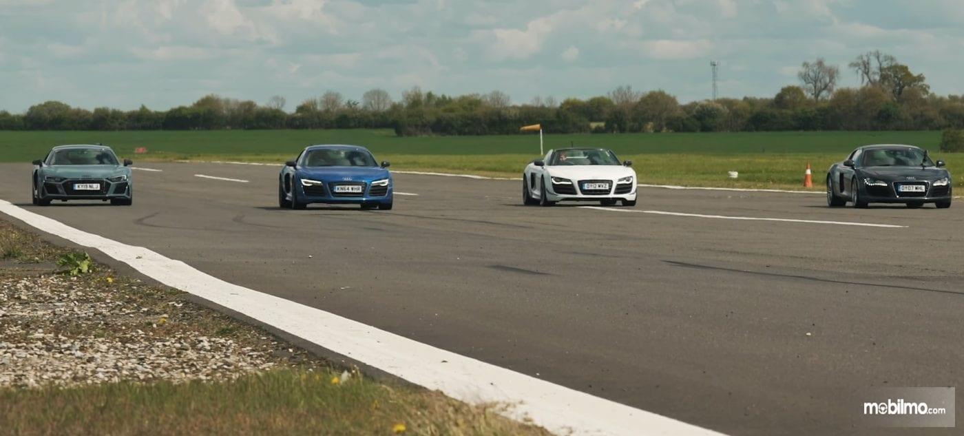 Foto empat Audi R8 bersiap melakukan drag race di atas runway bandara