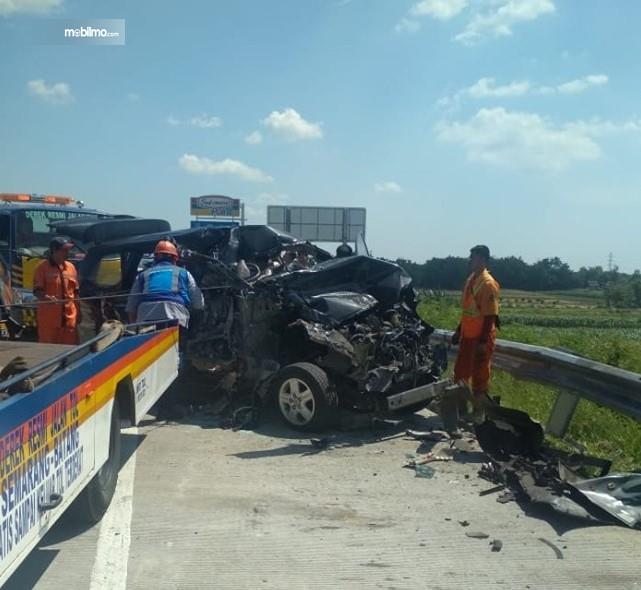 Foto petugas melakukan evakuasi terhadap mobil minibus yang kecelakaan di depan rest area 391A Tol Trans Jawa saat mudik