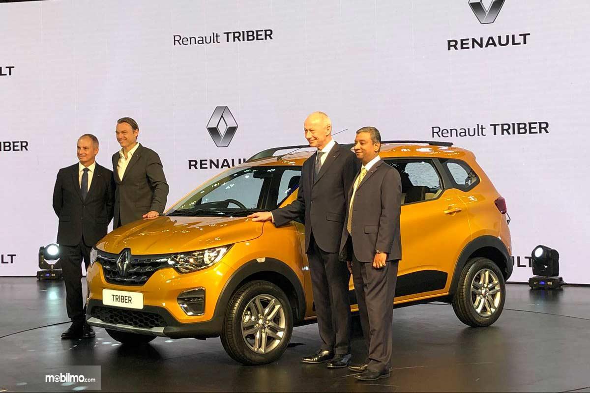 Foto bersama saat peluncuran Renault Triber di India