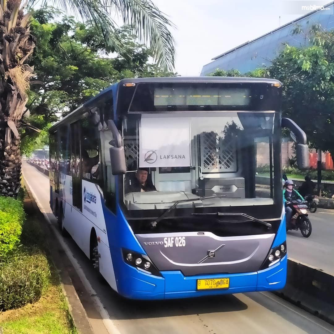 Foto menunjukkan Bus TransJakarta dengan desain dan kondisi yang makin baik