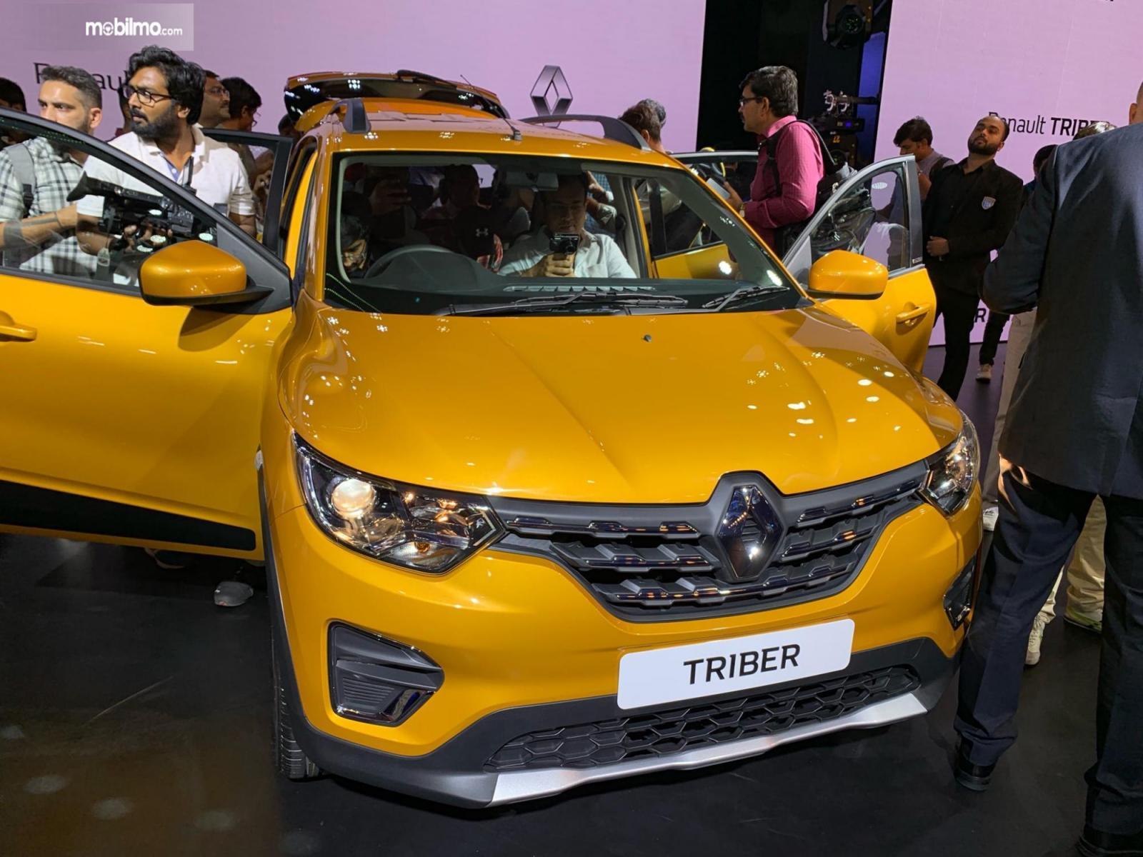 Foto Renault Triber dikerubuti masyarakat yang ingin melihat dari dekat