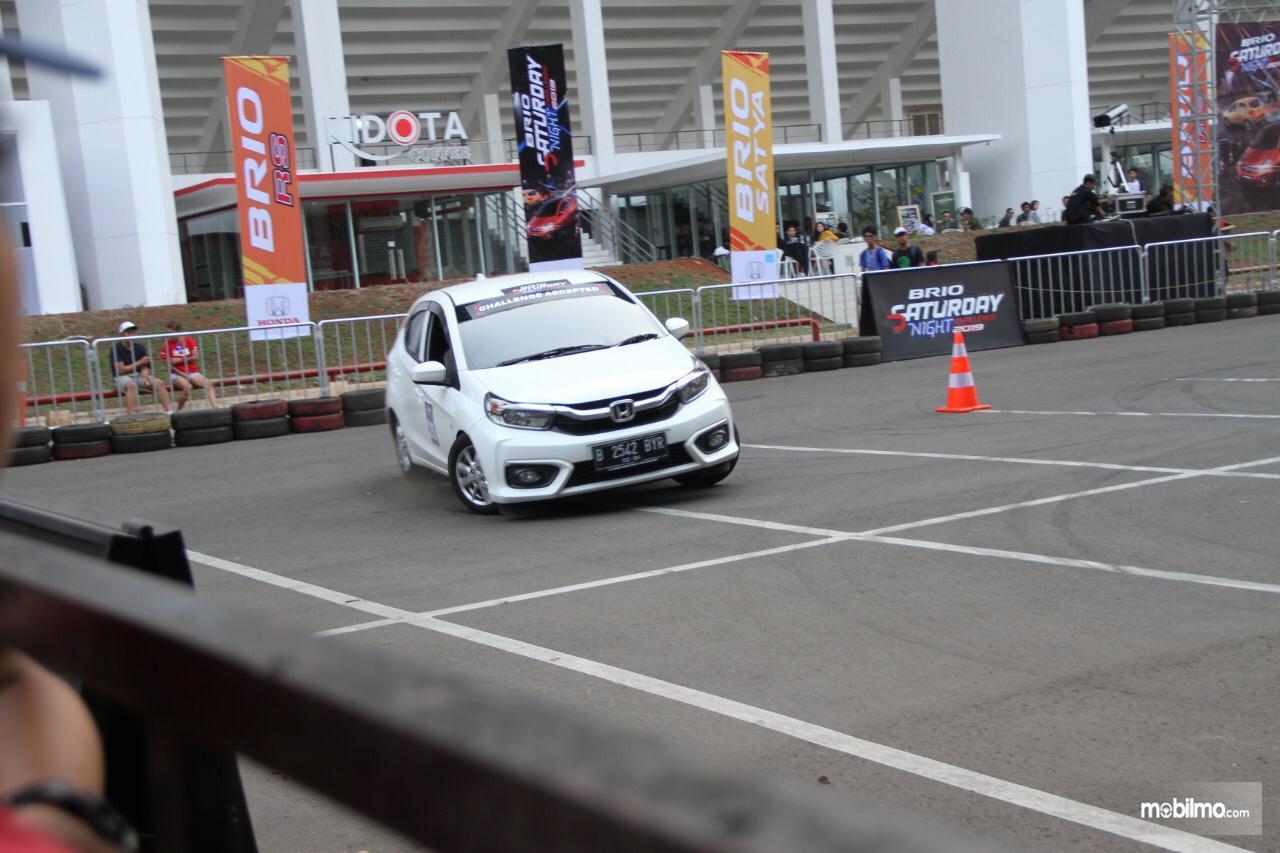 Honda Brio slalom siang hari