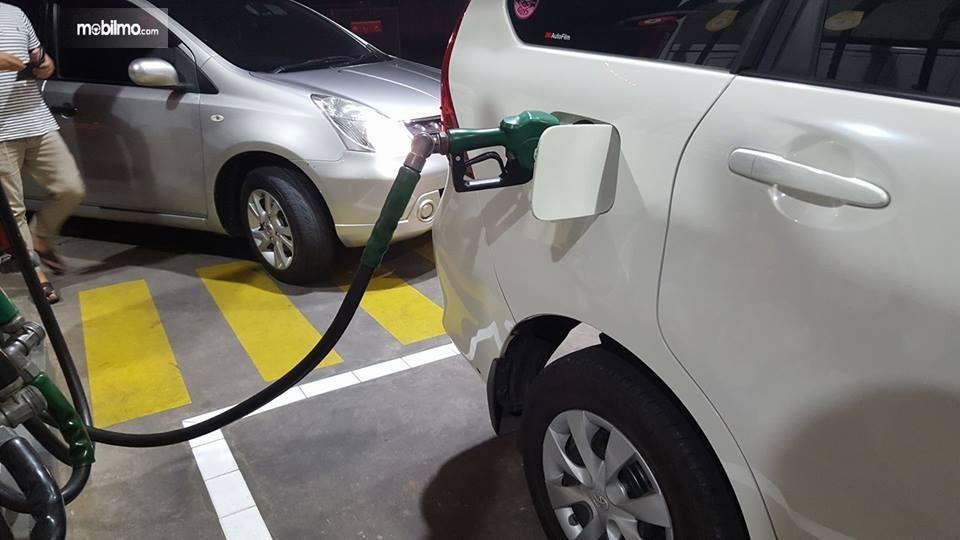 Tampak Toyota Avanza isi bensin oktan 92