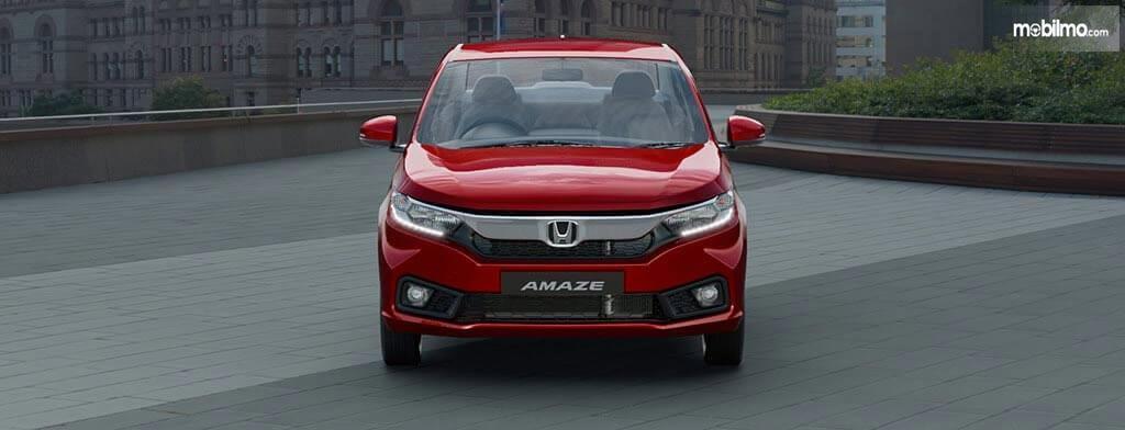 Gambar sebuah mobil Honda Amaze 2019 berwarna merah dilihat dari sisi depan