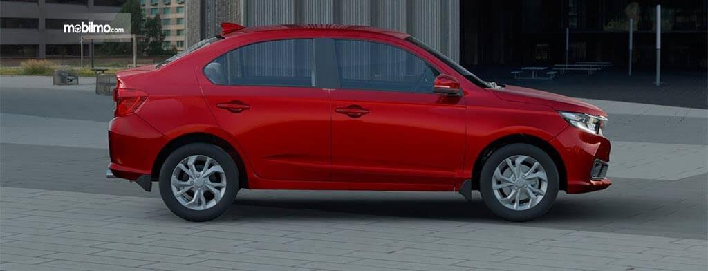 Gambar sebuah mobil Honda Amaze 2019 berwarna merah dilihat dari sisi samping