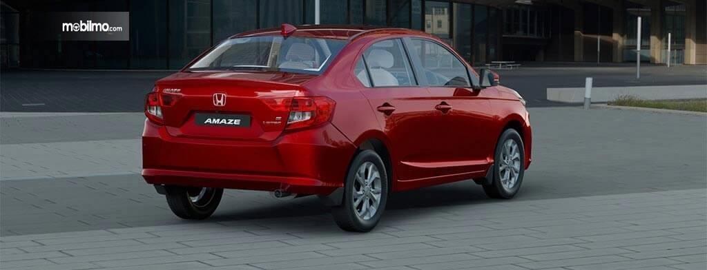 Tampak tampilan samping serong kanan Honda Amaze 2019 berwarna merah