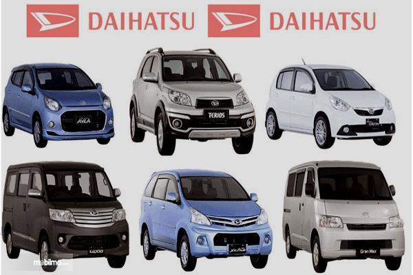 Gambar ini menunjukkan beberapa mobil Daihatsu dengan 2 tulisan Daihatsu warna merah di atasnya