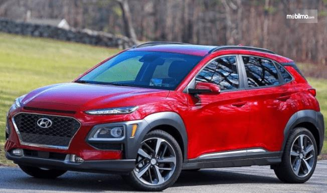 Gambar ini menunjukkan Mobil Hyundai Kona tampak depan dan samping kiri
