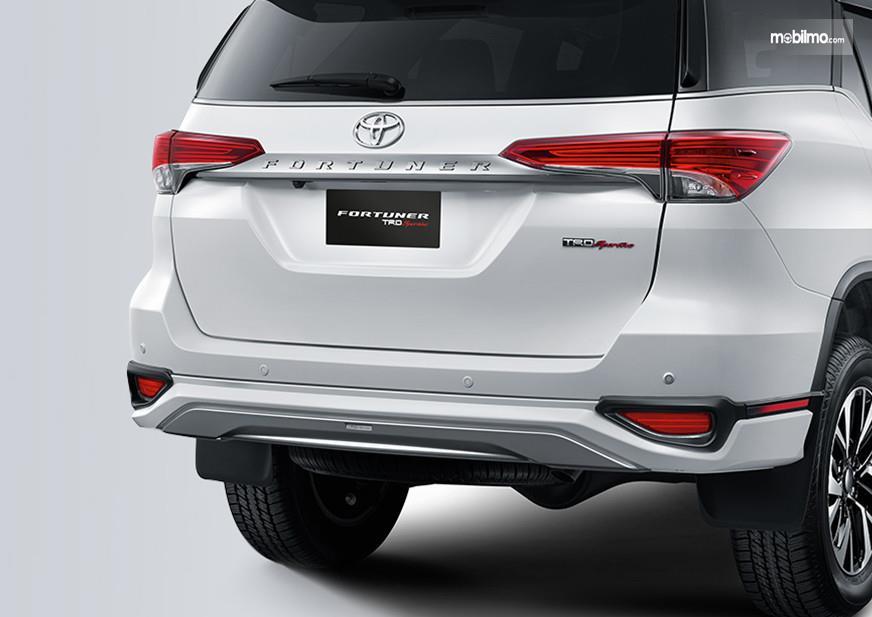 Foto menunjukkan Bagian belakang Toyota Fortuner, ada kamera dan sensor parkir 4 titik