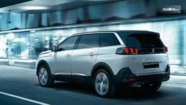 Gambar ini menunjukkan Mobil SUV Premium Peugeot 5008bagian belakang dan samping kiri