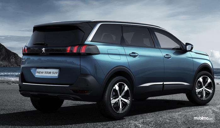 Gambar ini menunjukkan mobil Peugeot tampak belakang dan samping kanan