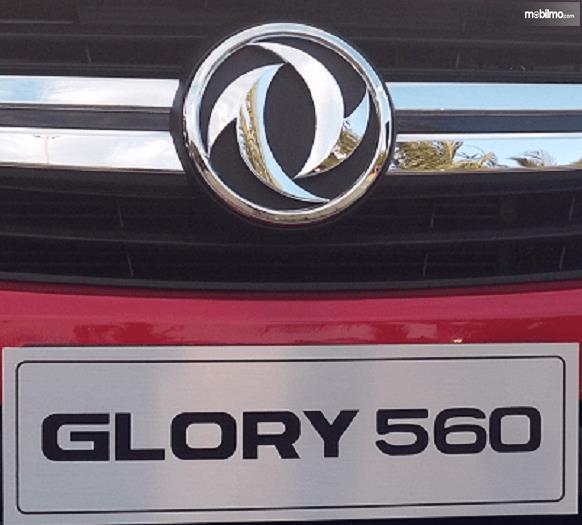Gambar ini menunjukkan logo DFSK dan tulisan Glory 560