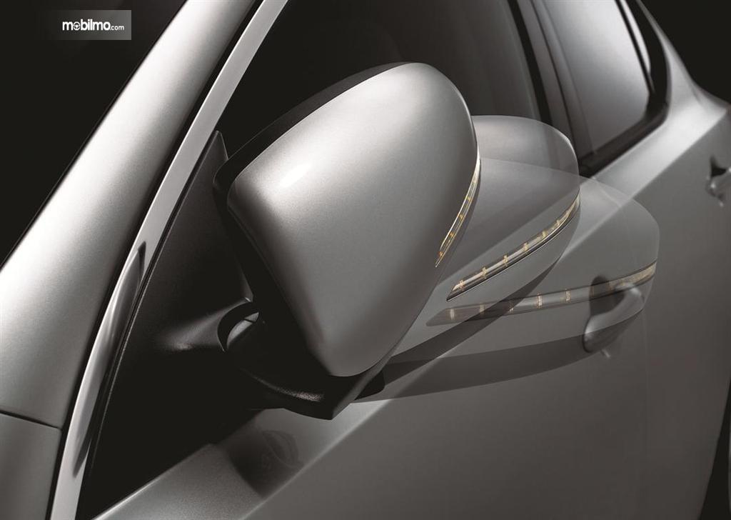 Foto menunjukkan spion retractable pada mobil
