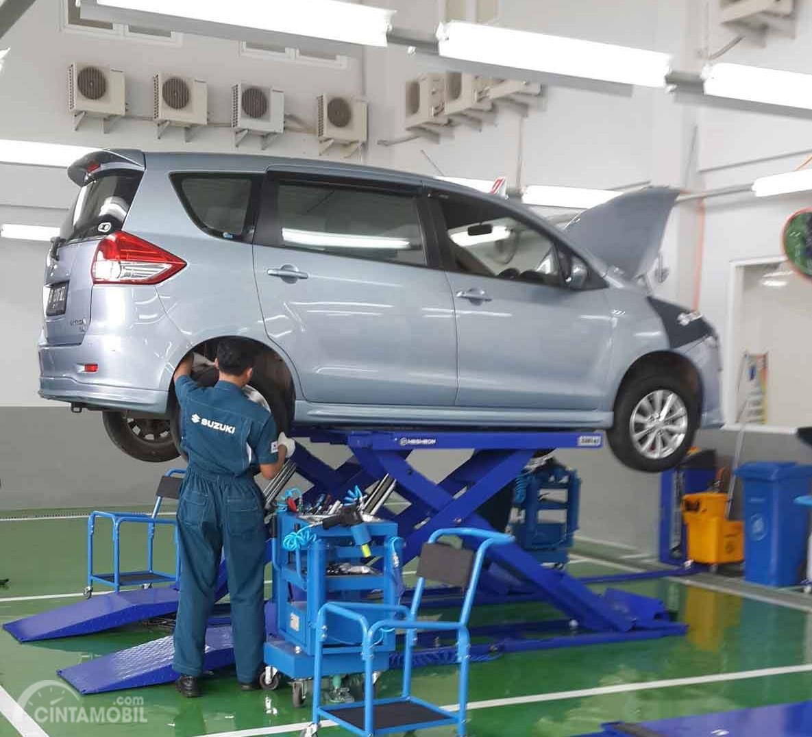 Foto menunjukkan salah satu aktivitas Servis mobil di bengkel resmi Suzuki