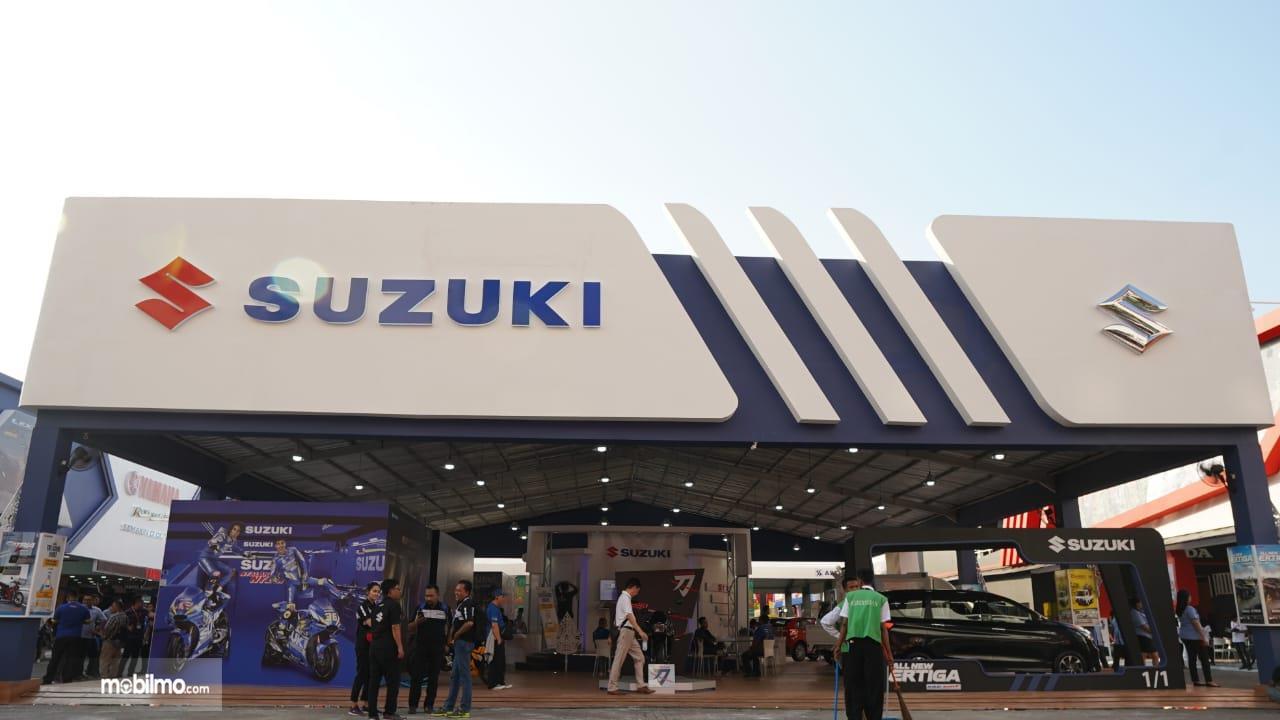 Foto menunjukkan Booth Suzuki di Jakarta Fair Kemayoran 2019 dengan desain khas