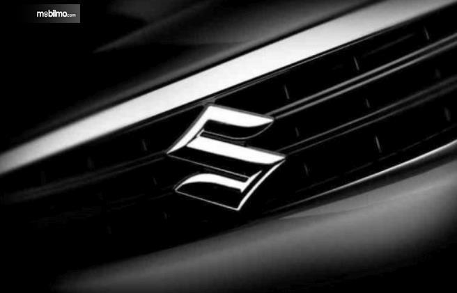 Gambar ini menunjukkan logo Suzuki dengan warana krom