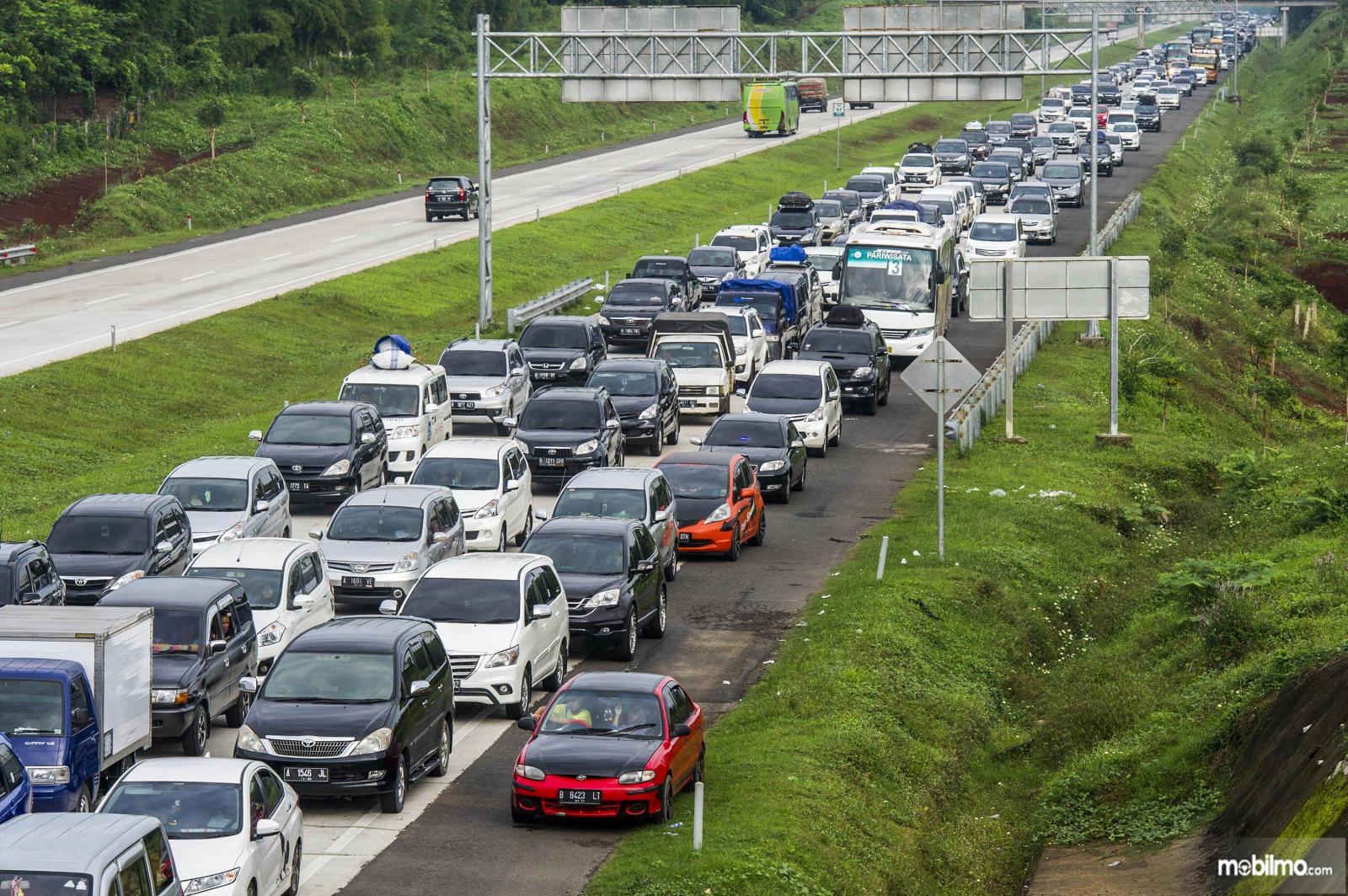 Foto menunjukkan kepadatan kendaraan di jalan tol saat arus mudik lebaran 2019