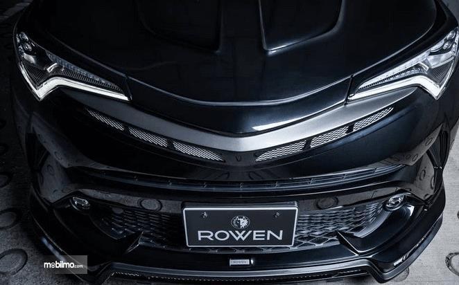 Gambar ini menunjukkan Toyota C-HR Racikan Rowen International  tampak depan