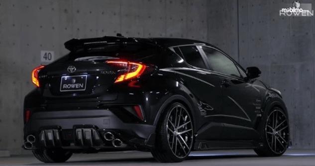 Gambar ini menunjukkan Toyota C-HR Racikan Rowen International tampak belakang dan samping kanan