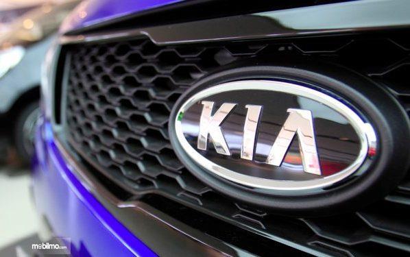 Foto logo KIA pada salah satu produk andalannya