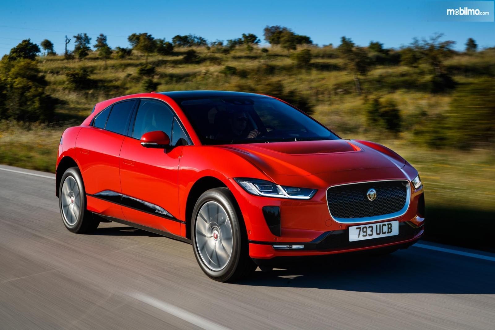 Foto menunjukkan mobil listrik Jaguar I-pace, tampil mencolok dengan warna merah