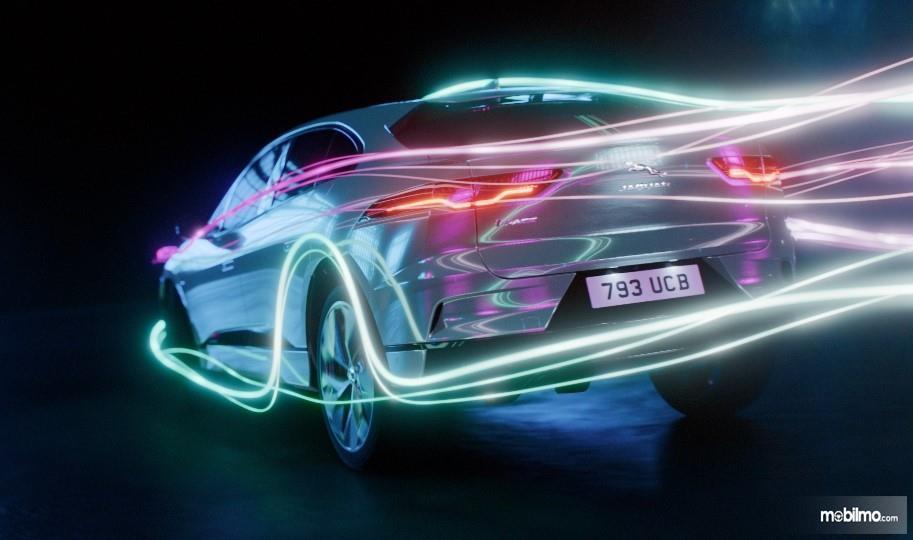 Gambar Sketsa mobil listrik Jaguar XJ yang tengah disiapkan
