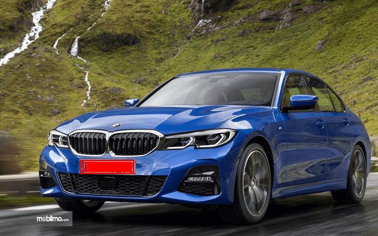 Gambar ini menunjukkan mobil All New BMW seri 3 warna biru tampak depan dan samping kiri